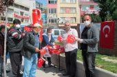 Sandıklı Türk Eğitim Sen Türk Bayrağı dağıttı
