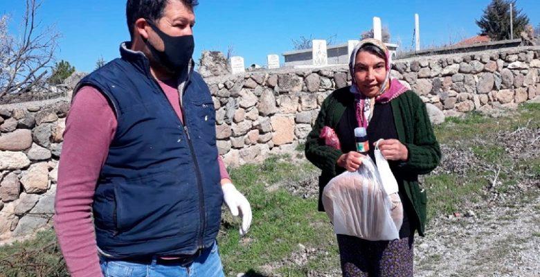 Dernek üyelerinden köylüye, maske, kolonya ve ekmek yardımı