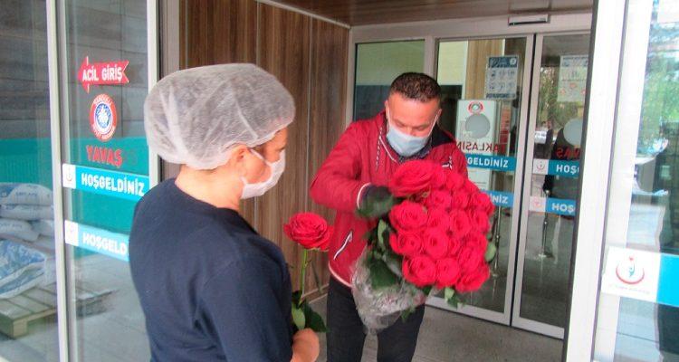 Topraksız tarım ile yetiştirdiği gülleri  koronavirüs kahramanlarına dağıttı