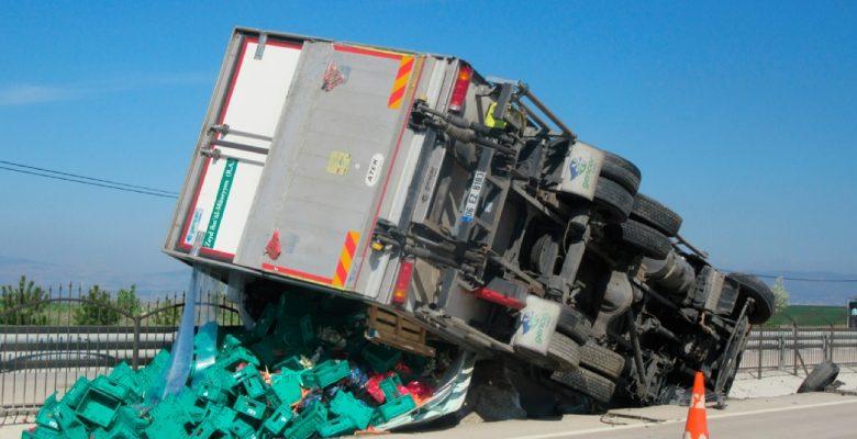 Meyve ve sebze yüklü kamyon devrildi, 1 yaralı