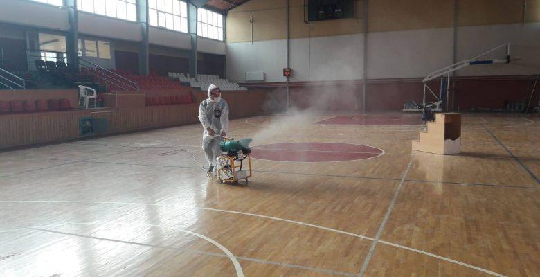 Kış şartlarında Kapalı Spor Salonunda Cuma namazı için hazırlık yapılıyor